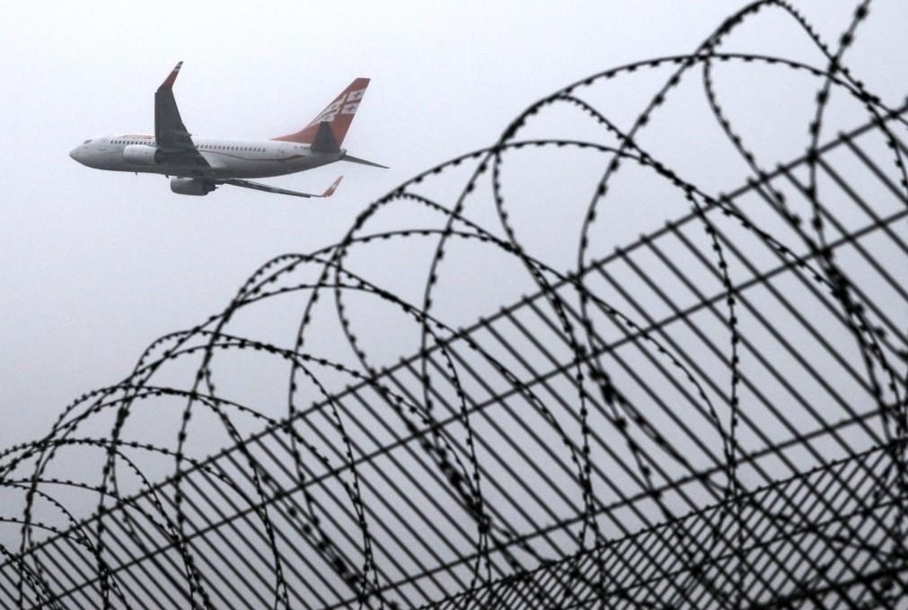 самолет над решеткой